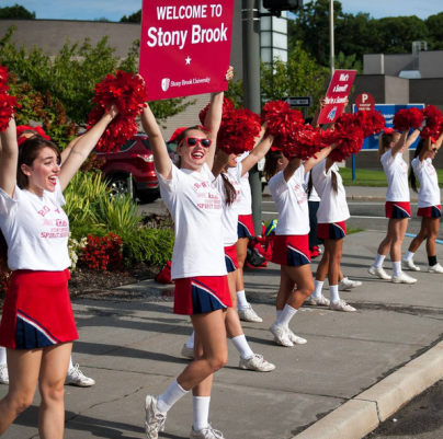 Stony Brook Cheer and Dance teams welcome new students to Stony Brook! Photo courtesy of Stony Brook Alumni Association (@stonybrookalum)